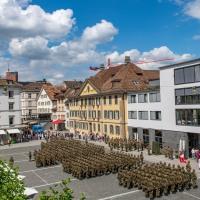 Fahnenabgabe inmitten der Stadt  Winterthur